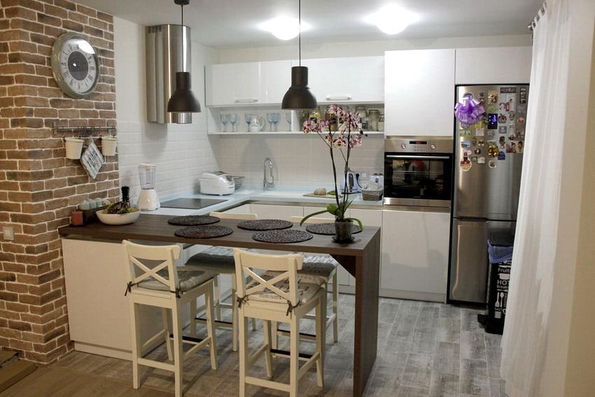Как правило маленькие кухни бывают в небольших однокомнатных квартирах, в этом случае открытая планировка - наилучший вариант