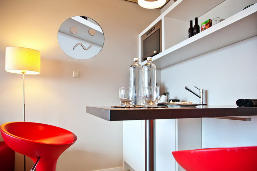 В некоторых случаях целесообразно использовать стол на одной ножке - такая конструкция визуально увеличивает пространство