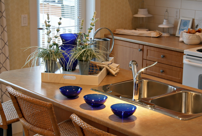 Если на кухне не хватает места для обеденного стола - барная стойка со стульями поможет решить эту проблему