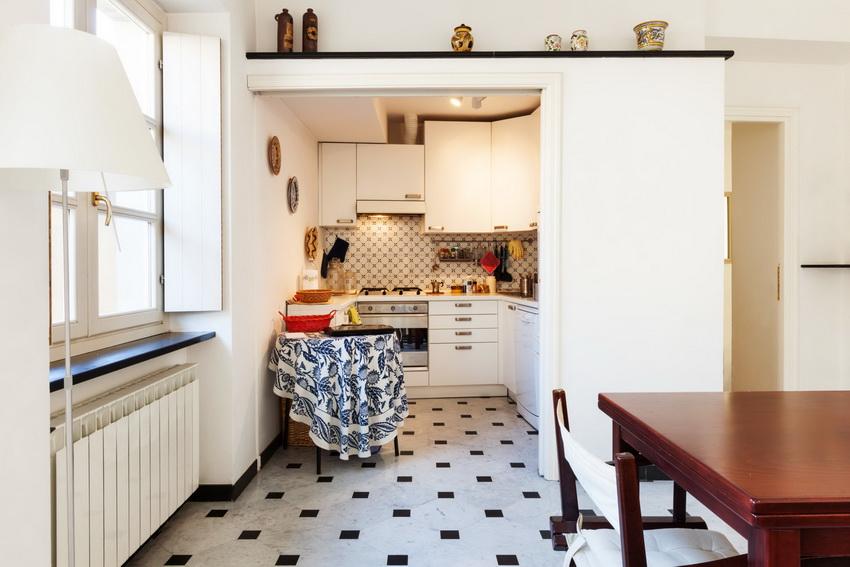 Стол с круглой столешницей одинаково хорошо выглядит как у стены, так и в центре кухни