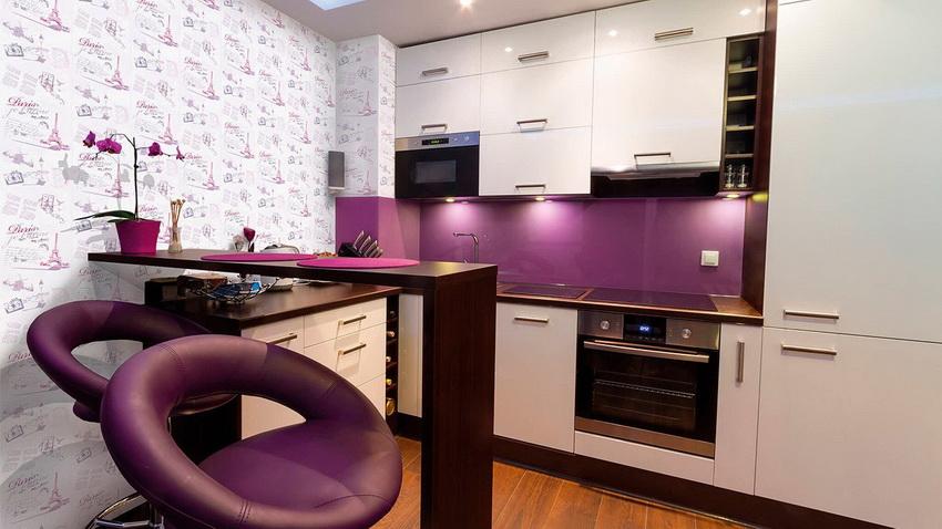 Для небольшой кухни лучше устанавливать стол или стойку с тонкой столешницей