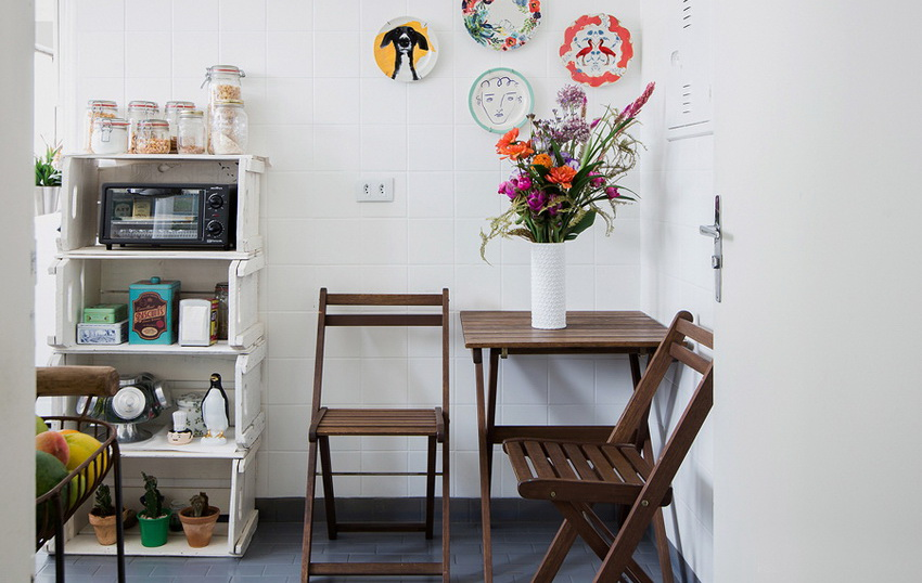 Еще одно эффективное решение - размещение квадратного столика в углу кухни