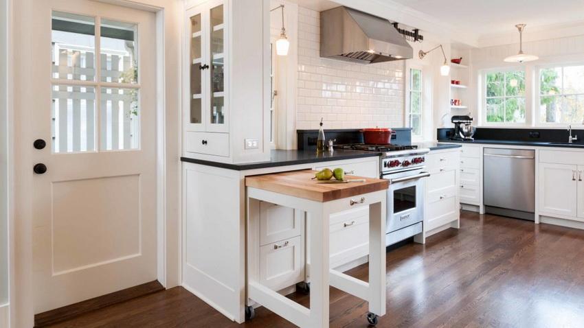 Выдвижной столик помогает оптимизировать рабочее пространство кухни