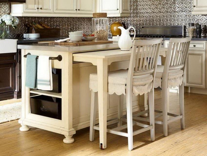 Выдвижной стол идеально подходит для маленьких кухонь при небольшом количестве членов семьи