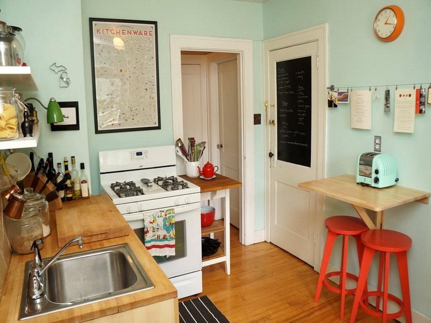 Если в доме живут 1-2 человека и не планируется принимать гостей, то маленький столик зафиксированный на стене - вполне хороший вариант