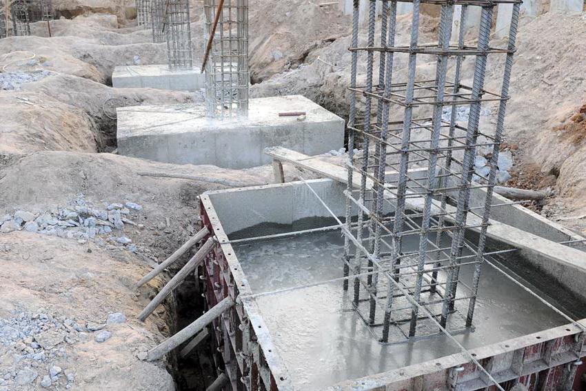 Монолитные фундаментные плиты, как сверхпрочное основание, используют для возведения колонн и опорных конструкций