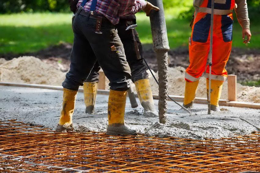 Арматурная сетка обеспечивает жесткость монолитной плиты фундамента
