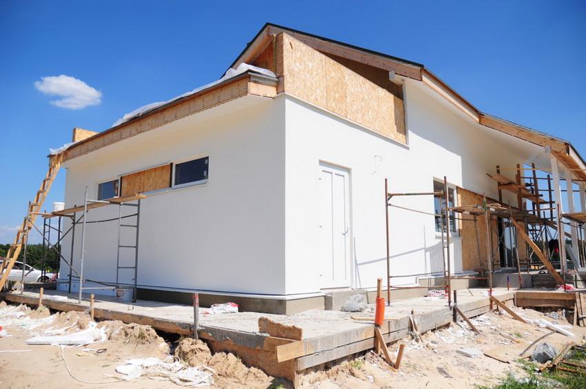 Качественный монолитный фундамент позволяет избежать усадки и трещин в стенах здания