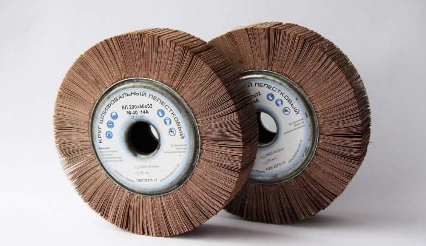 На лепестковых насадках наждачная бумага фиксируется по периметру диска