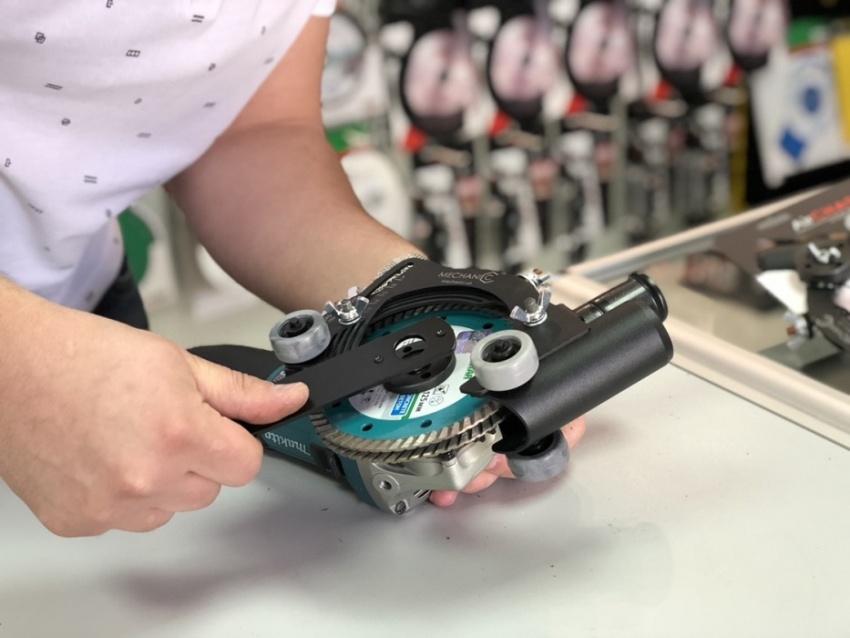 Для использования насадки штробореза необходимо иметь болгарку, которая предусматривает возможность установки второго пильного диска