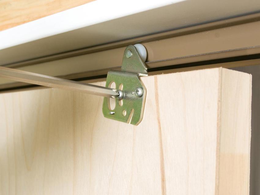 Дверным полотном может выступать любая дверь, требуется установить лишь раздвижной механизм