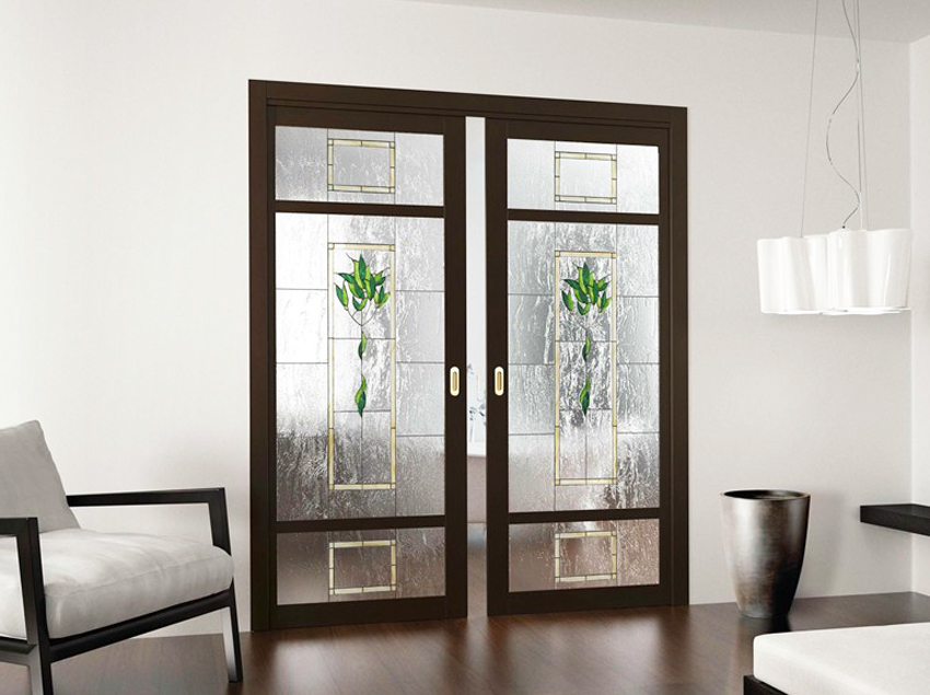 Стекло в раздвижных дверях может выполнять роль дополнительного декора