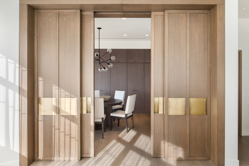 Классическим материалом для изготовления раздвижной межкомнатной двери является древесина