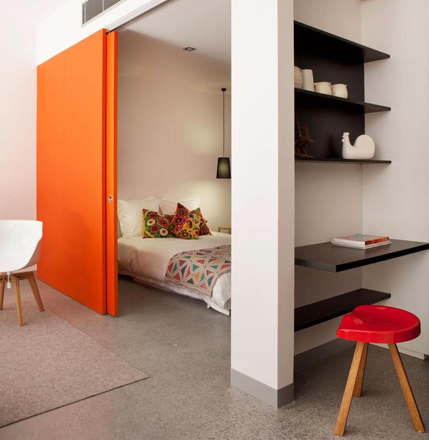 Раздвижные межкомнатные двери не только отделяют помещения друг от друга, но и дают возможность зонировать пространство в комнате