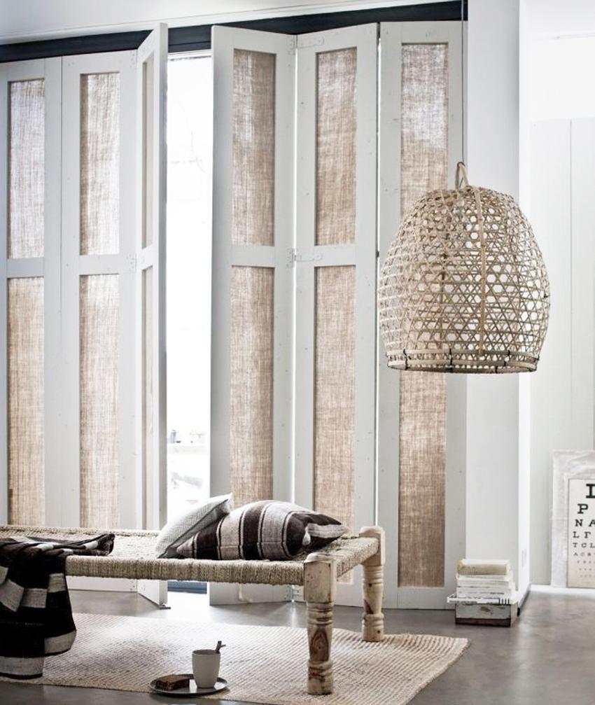 Для дома в эко-стиле подойдут деревянные двери с тканевыми вставками