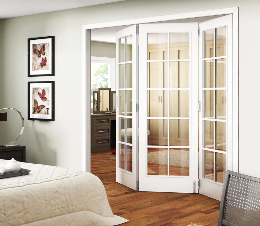 Преимуществом складно-раздвижных дверей является компактность и оригинальный внешний вид