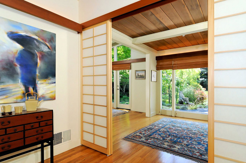 Классические японские раздвижные двери будут не только удобным, но и оригинальным решением