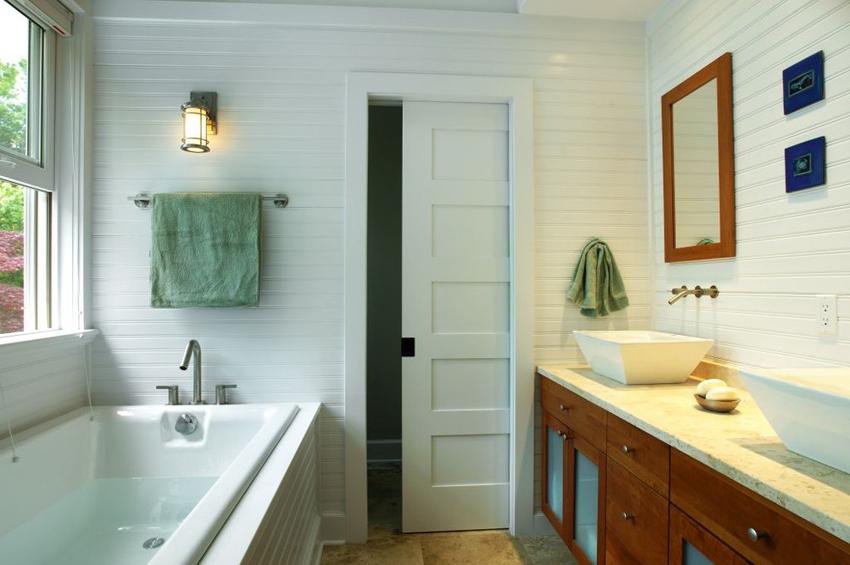 Раздвижная дверь-пенал полностью прячется в специальную нишу в стене - это позволяет экономить пространство в помещении
