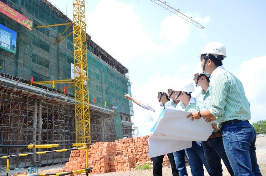 На место строительства выезжает комиссия, которая проверяет соответствие постройки первоначальному проекту