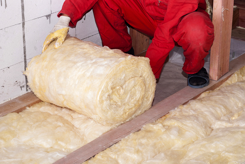 При необходимости пол сарая можно утеплить с помощью минваты, пенопласта или керамзита