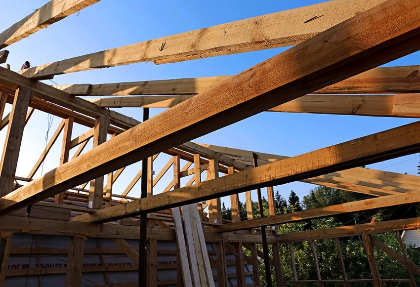 Для создания крыши в каркасном сарае используются деревянные доски