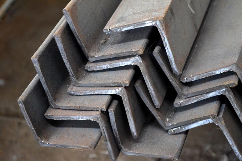 Для каркаса сарая можно использовать не только брус, но и стальные уголки, трубы или профиль