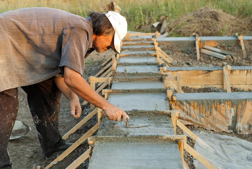 Ленточный фундамент подходит для каркасных строений с цементным цоколем
