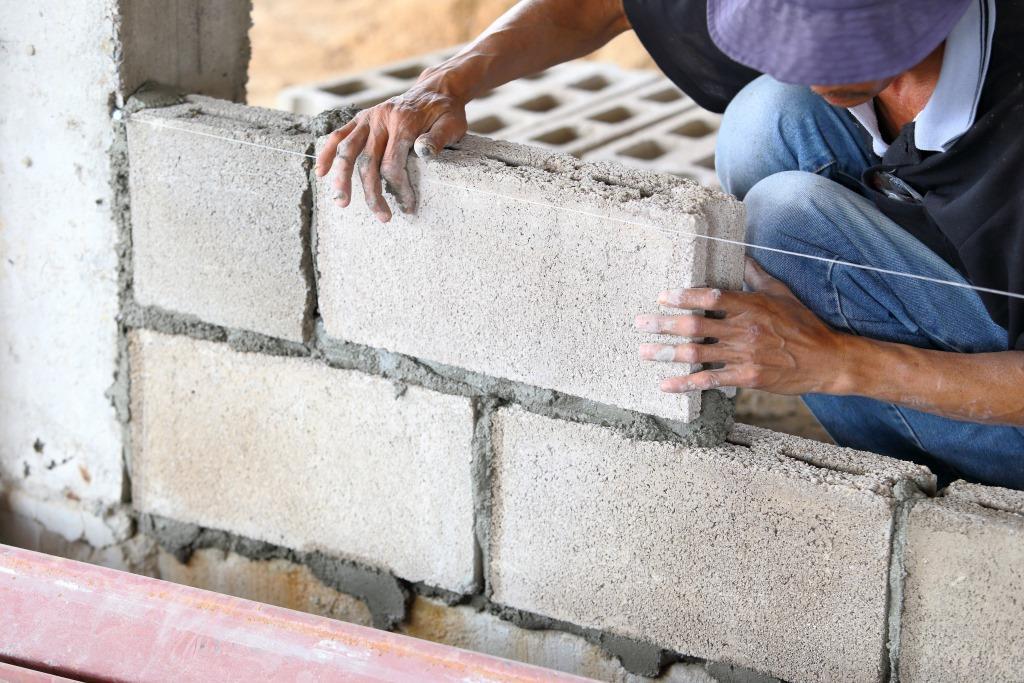 Блоки необходимо укладывать на гидроизоляционный материал