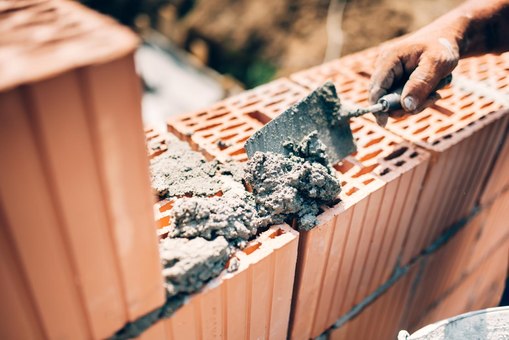 Подходящим блочным материалом для возведения сарая является кирпич