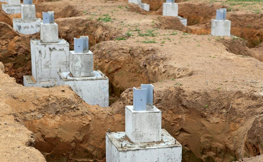 Для столбчатого фундамента необходимо выкопать лунки размером 80 см