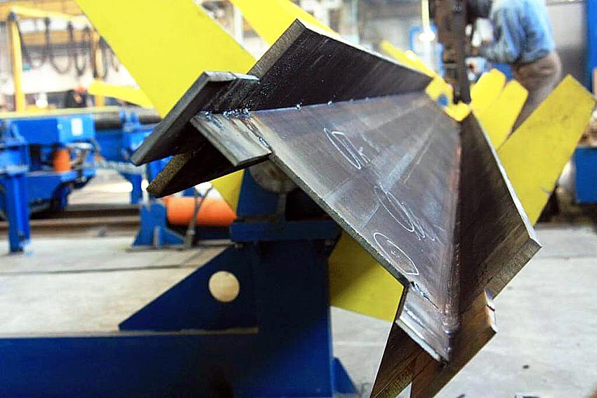 Двутавры могут изготавливаться методом прокатывания из заготовок и посредством сварки трех основных элементов