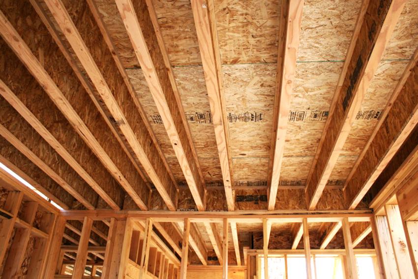 Благодаря относительно небольшой высоте сечения двутавровых балок перекрытия древесина расходуется более экономно