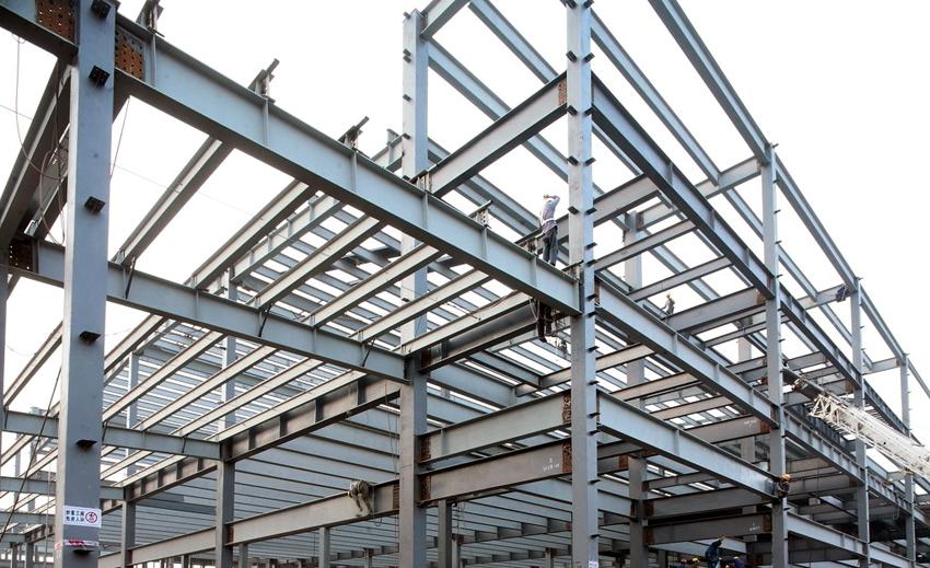 Стальной горячекатаный двутавр выдерживает большие нагрузки, и поэтому применяется при строительстве многоэтажных зданий