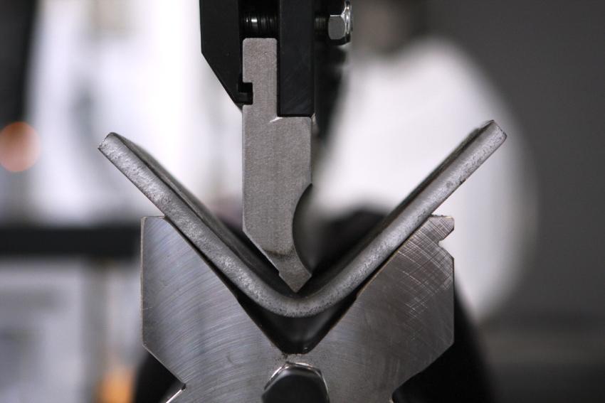 Производство гнутых уголков из стали с равными сторонами имеет свои особенности