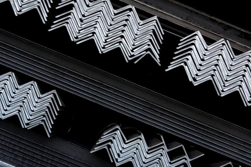 Горячекатаные стальные уголки изготавливаются методом прокатки