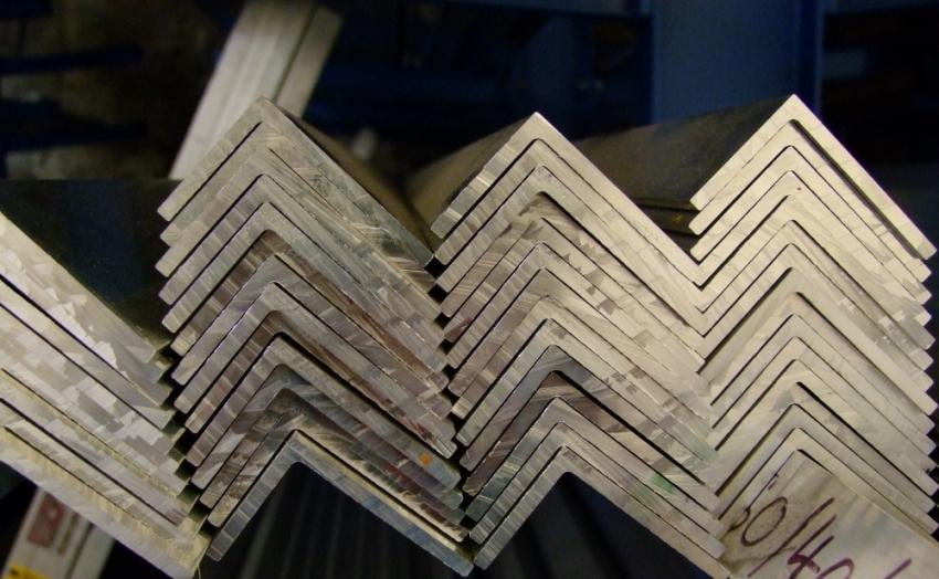 Неравнополочные металлические уголки применяют в строительстве арочных конструкций и для укрепления стен
