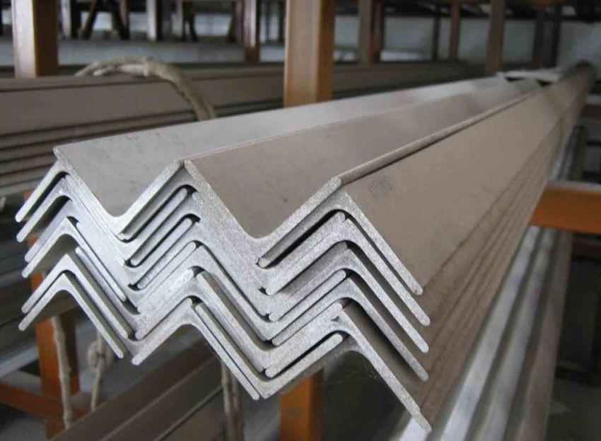 Стальные уголки, имеющие ширину полок 40 мм, являются самыми востреованными, так как их применяют при монтаже скамеек и уличных столов