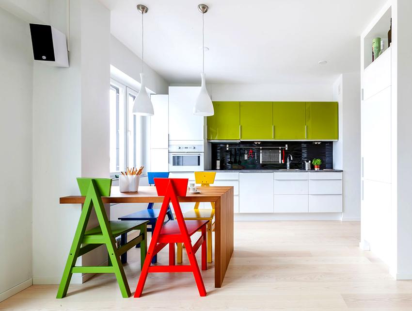 Стулья разных цветов – необычное и смелое решение для кухни