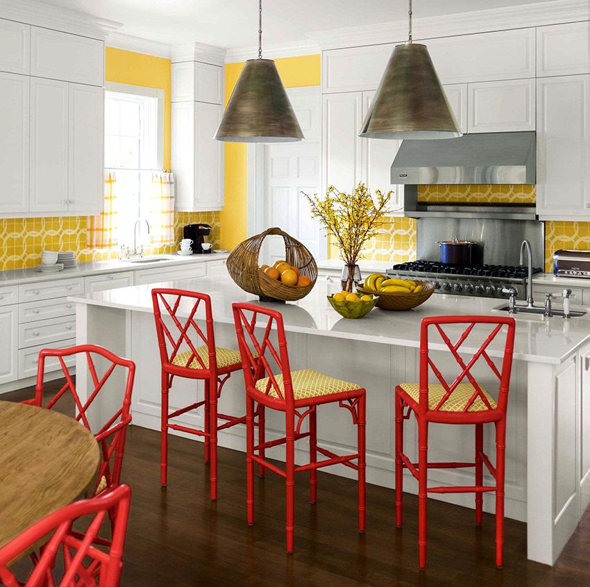Стулья могут быть в одной цветовой гамме со столом, или наоборот контрастировать с ним