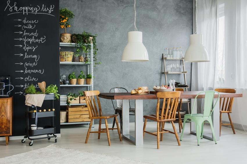 Любой стиль дизайна интерьера можно подчеркнуть стульями из дерева