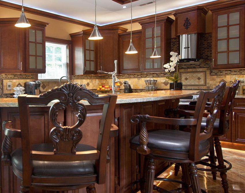Часто стулья из дерева украшаются узорами и резьбой, что придает им роскошный и дорогой вид