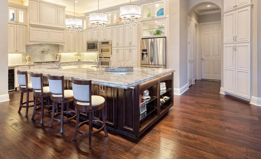 Барные стулья из дерева элегантно подчеркивают интерьер современной кухни
