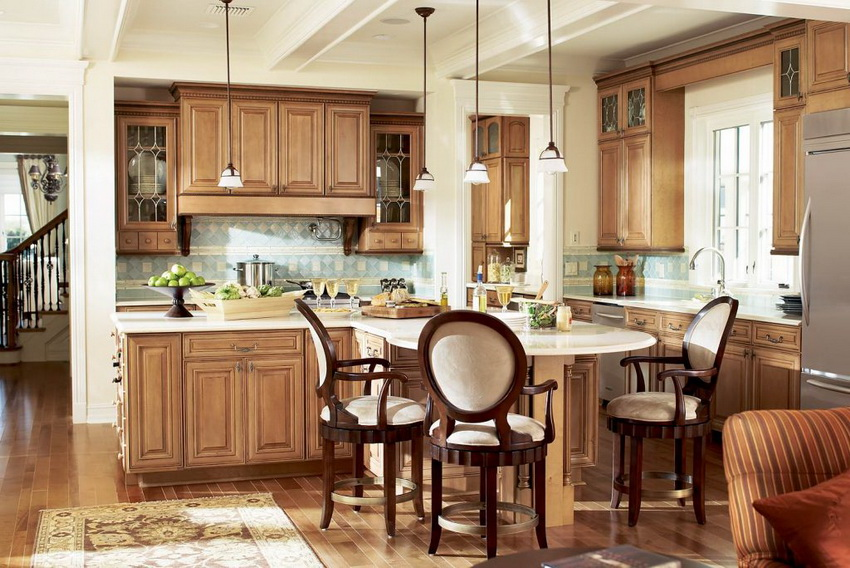 Современные деревянные стулья для кухни могут иметь различную форму и конфигурацию