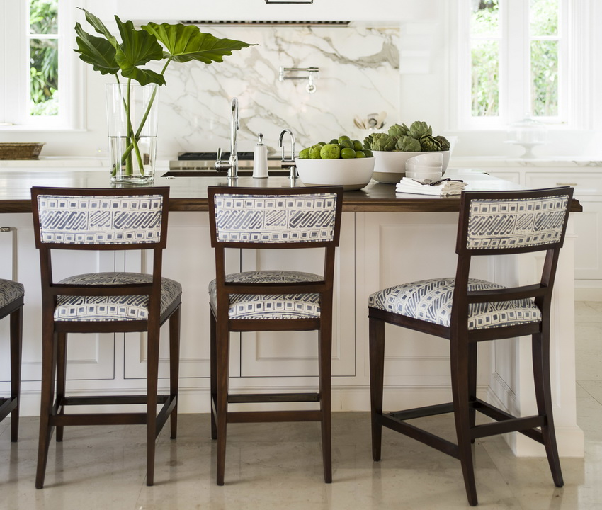 При выборе подходящих стульев для кухни следует отдавать предпочтение изделиям из натурального дерева, так как они более надежны