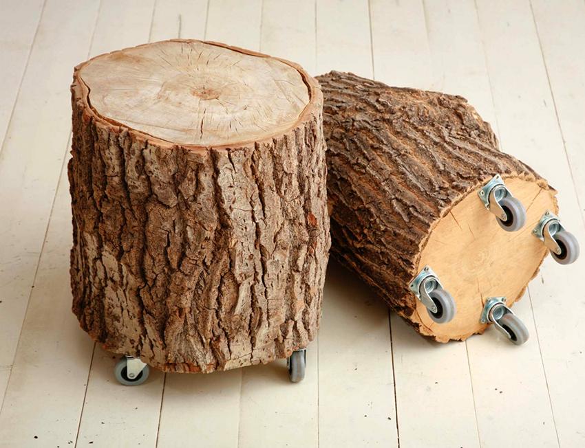 Табурет из бревна можно отшлифовать и покрыть лаком, или оставить как есть