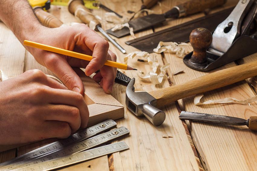 Для изготовления складного стула понадобятся ножки, материалы для сиденья, проножки и крепежи