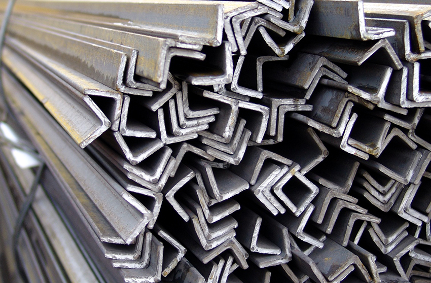 Равнополочные стальные уголки имеют одинаковый размер сторон