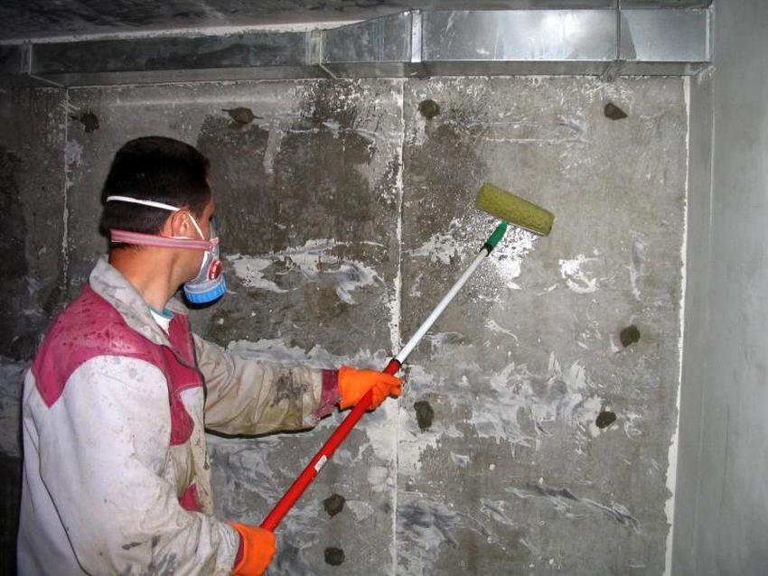 Жидкое стекло применяют в сфере строительства, его можно использовать самостоятельно или добавлять в бетон