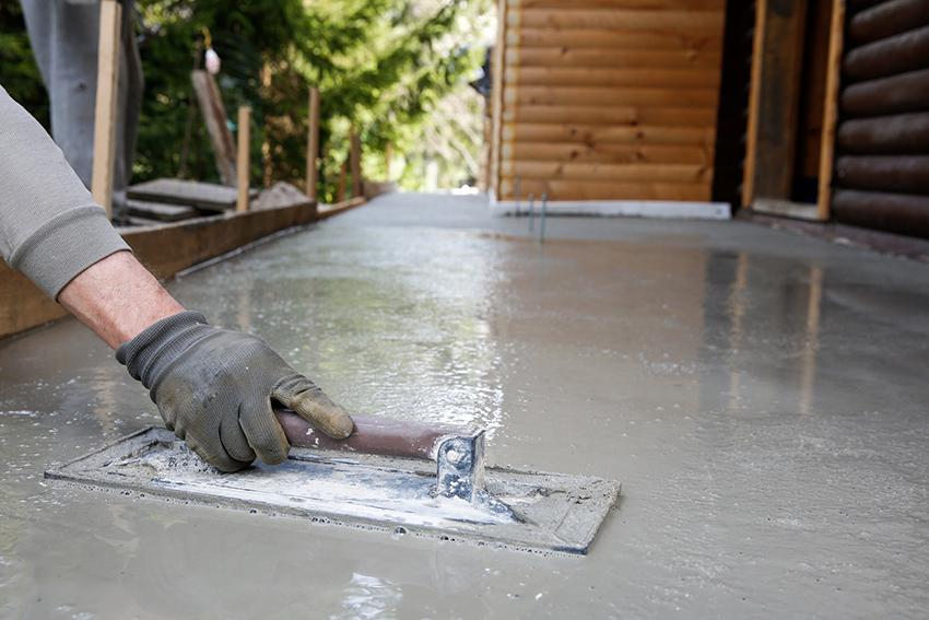 Нанести жидкое стекло на бетонный пол можно с помощью валика, шпателя или ракеля