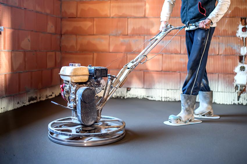Перед нанесением жидкого стекла необходимо тщательно выровнять поверхность бетонного пола